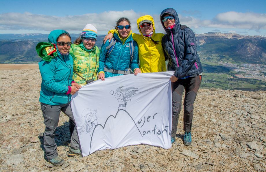 On the International Day of Non-Violence Against Women, November 25, twenty women from Mujeres Montana, between 11 and 45 years old representing different countries in Latin America and Europe, reached the summit of Cerro Cinchao in Aysen. Photo: Griselda Moreno