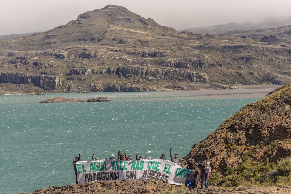 """Water is Worth More Than Gold,"" reads the protest sign by Agrupación Comunal Funcional Puro Ibáñez. Photo: Marcelo Mascareño"