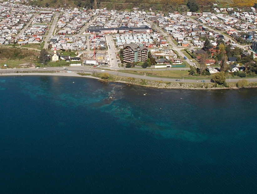 Aerial photo shows a polluted Lake Llanquihue. Photo: N. Hernandez