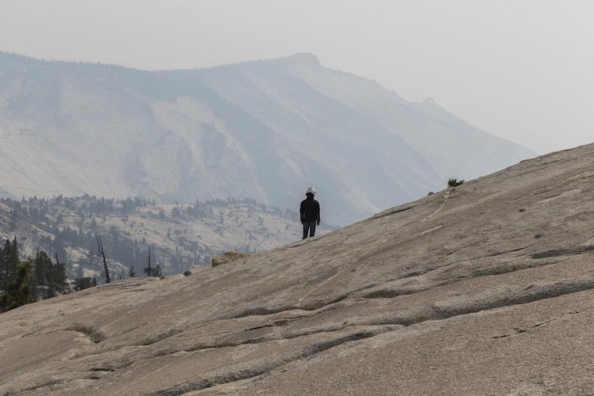 Neblina de verano fruto de incendios forestales, Parque Nacional de Yosemite, California
