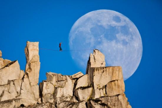 Dean Potter haciendo su famoso moonwalk highline en Yosemite. Foto: Mikey Schaefer